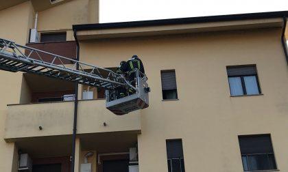 Anziana sola in casa non risponde e arrivano i pompieri