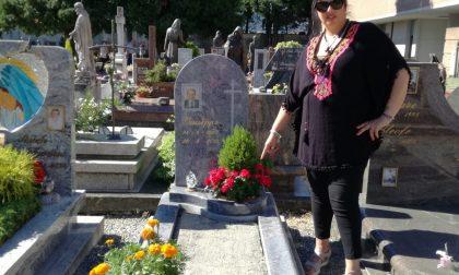 A Seregno tomba profanata, rubata persino l'erba FOTO