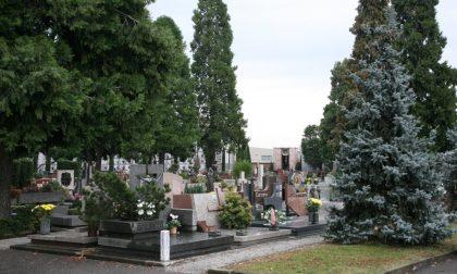 Attende per sei giorni la sepoltura della madre