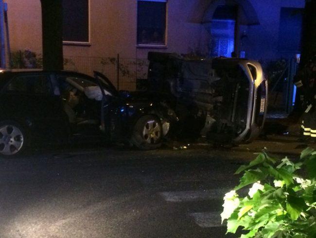 Incidente a Desio, auto si ribalta FOTO VIDEO