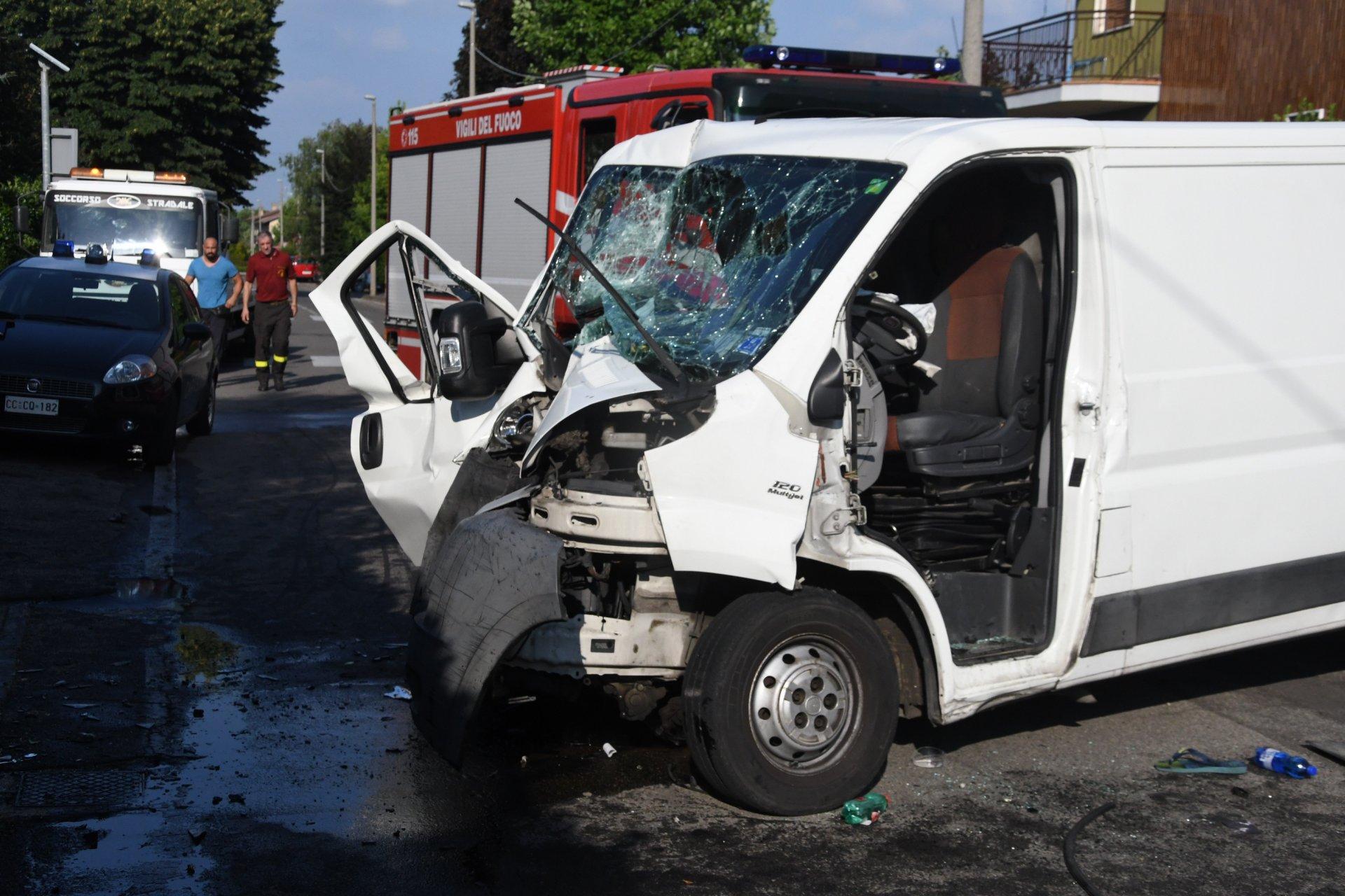 Violentissimo incidente, furgone centra una casa