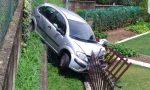 Fuori strada con l'auto a Lesmo, distrugge una recinzione FOTO e VIDEO