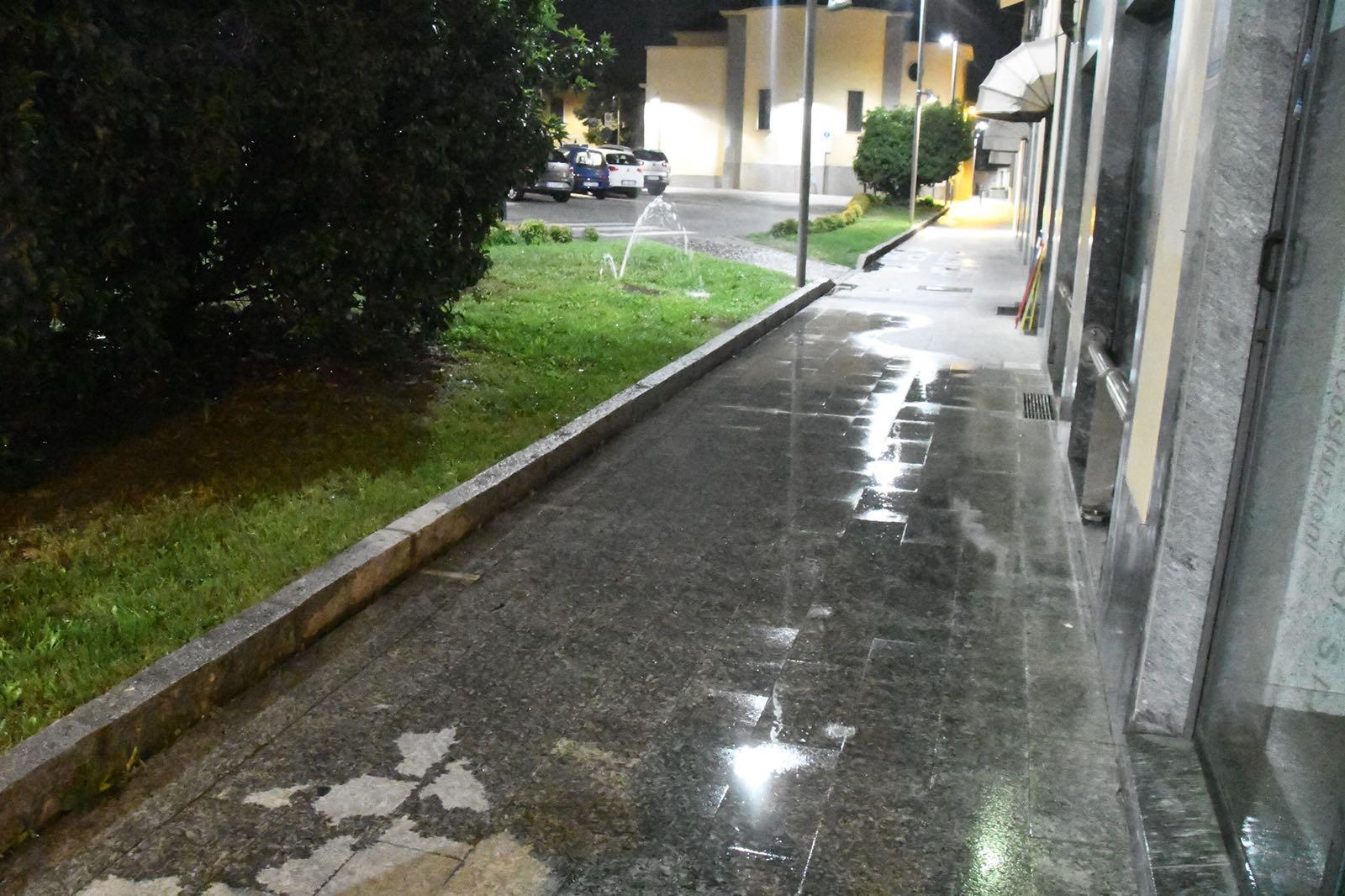 Un danno all'impianto di irrigazione e la piazza si allaga