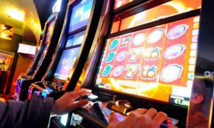 Lascia la figlia in auto da sola per giocare alle slot machine