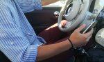 Telefonino mentre guida, multato un istruttore