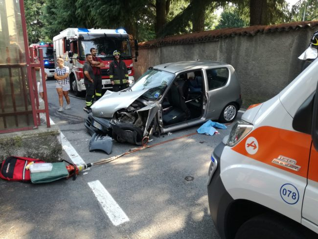 Besana, incidente  a Valle Guidino:  due persone incastrate  tra le lamiere. FOTO E VIDEO