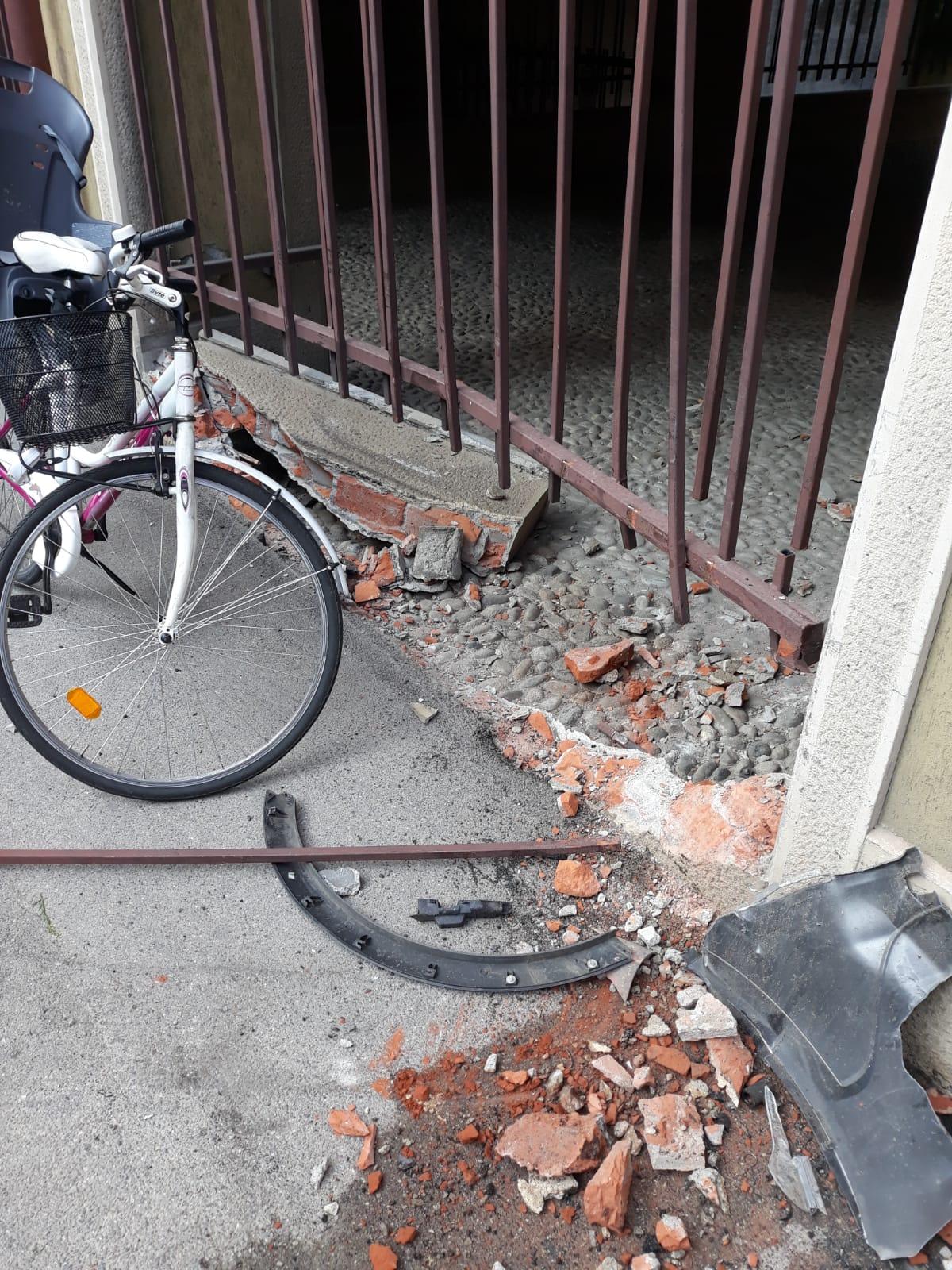 Paura in via Volta, auto sfonda il muro di un condominio