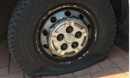 Strage di gomme tra le auto in sosta