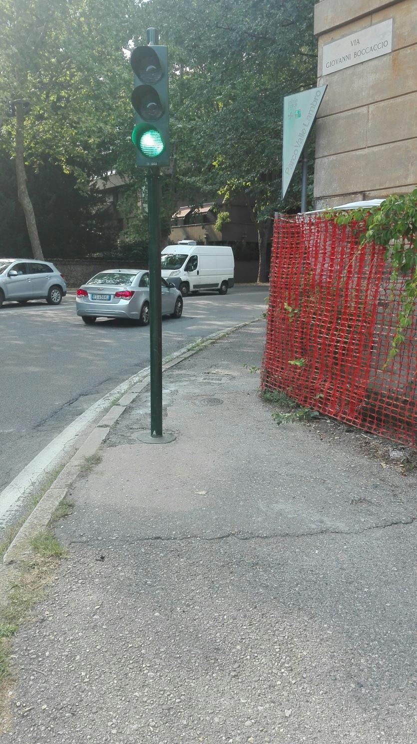 Il semaforo ostacolo per le carrozzine è stato spostato