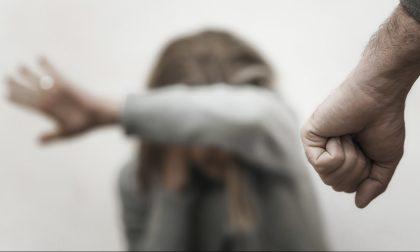 Colpisce a pugni la moglie: arrestato per maltrattamenti
