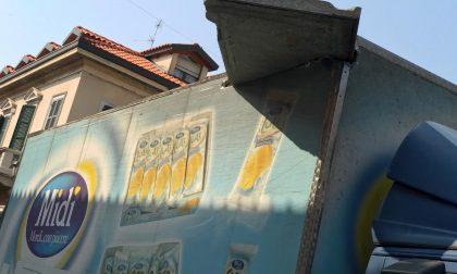 Incredibile a Vimercate: il camion si porta via… il balcone GUARDA LE FOTO
