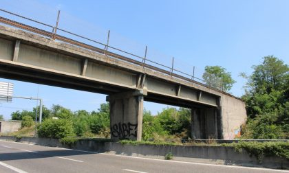Cinque notti per le prove di carico sui ponti della Milano-Meda