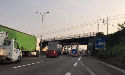 Statale 36 bloccata per ore per un camion ribaltato che ha perso il carico FOTO