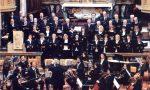 Tre corali e l'orchestra sull'altare per il concerto di Natale