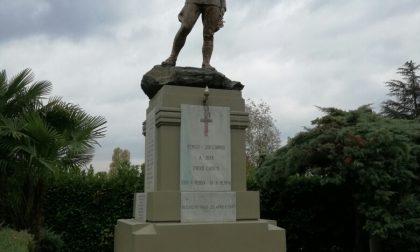 I volontari rendono omaggio ai caduti