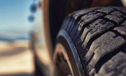 Sorpreso a tagliare le gomme delle auto: 25enne denunciato