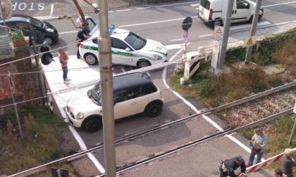Incredibile: auto intrappolata nel passaggio a livello, RITARDI FINO A 40 MINUTI