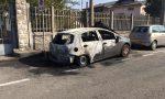 Attacco incendiario alle auto in sosta