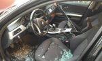 Auto di lusso cannibalizzata dai ladri in strada FOTO