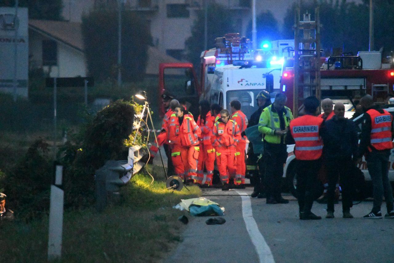 Travolti da un'auto: due morti davanti alla caserma dei Carabinieri di Bellusco
