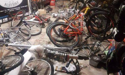 Camion-ariete contro la vetrina, razzia di bici a Cesano Maderno
