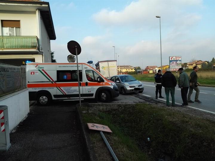 Il furgone invade la corsia opposta e si schianta contro un'utilitaria FOTO