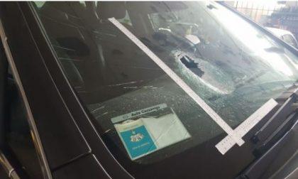 Litigando colpiscono auto con un sasso: 17enne ferita
