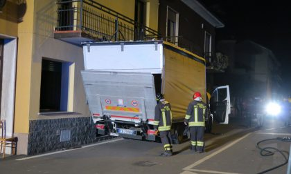 A Triuggio un furgone si incastra sotto un balcone (LE FOTO)