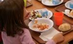 Due viti di metallo nel piatto di riso servito in mensa a scuola