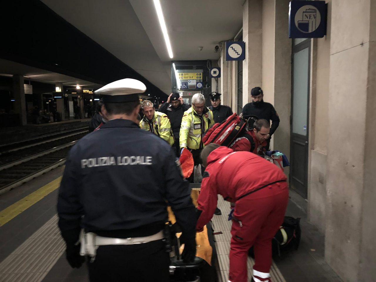 Parapiglia in stazione a Monza, donna si spoglia nuda