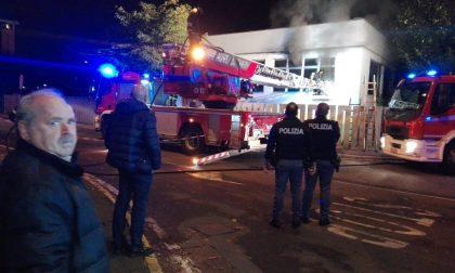 Incendio al centro cottura comunale: Vigili del fuoco al lavoro