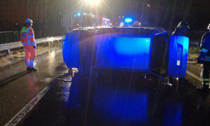 Auto si ribalta in Superstrada nella notte, due feriti