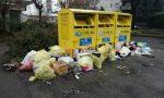 Mucchi di rifiuti nel parcheggio e proteste