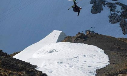 Con gli sci sui tetti e sopra i burroni, allo Stelvio il VIDEO è da brivido
