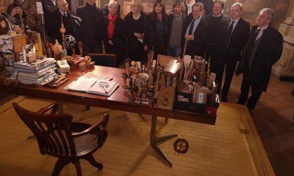 La scrivania del poeta del legno esposta a Palazzo Arese Borromeo