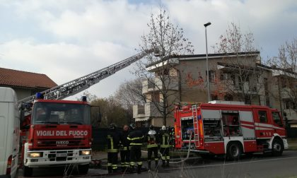 Tetto in fiamme, palazzina evacuata