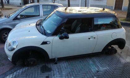 Auto cannibalizzata nel parcheggio a Seregno FOTO