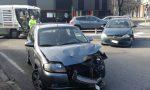 Violento scontro fra due auto all'incrocio