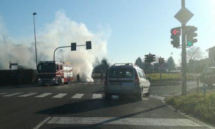 Auto in fiamme in corso Alpi, intervengono i Vigili del fuoco