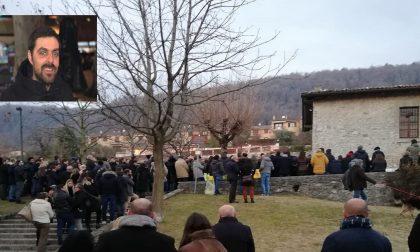 """Ad Albavilla un migliaio di persone per l'addio a Mattia Mingarelli. Il papà: """"Eri intraprendente e altruista"""""""