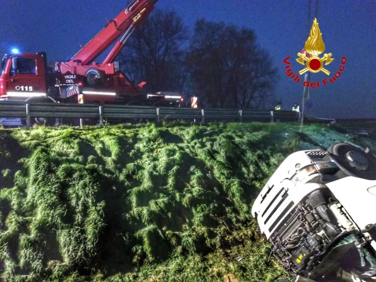 Incidente sulla A4 all'alba, muore camionista di 55 anni FOTO