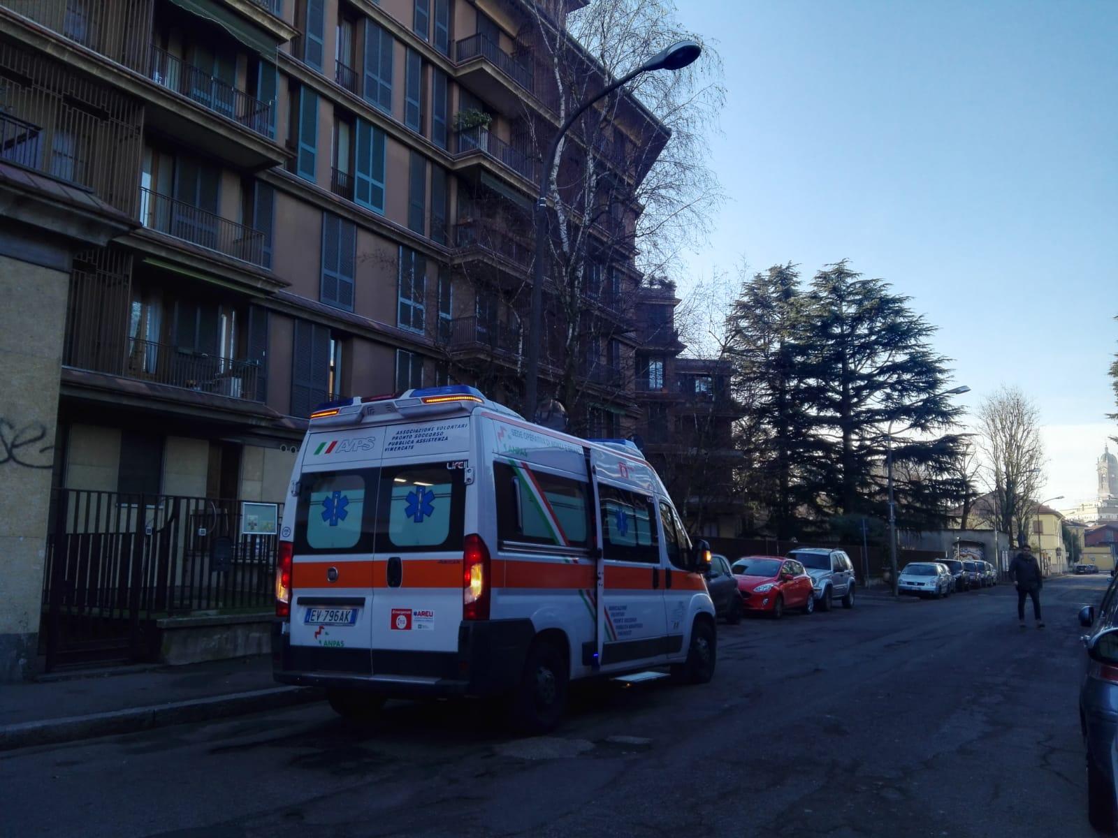 Violento impatto tra un'auto e uno scooter FOTO
