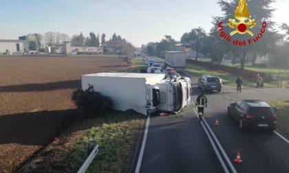 Camion ribaltato a Bellusco: intervento dei Vigili del Fuoco FOTO