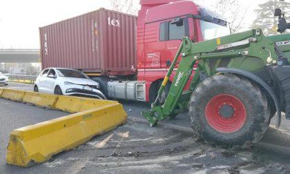 Camion contro auto, che incastro!!