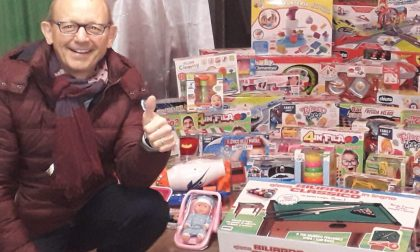Con il suo presepe regala giocattoli ad Abio per i bimbi in ospedale