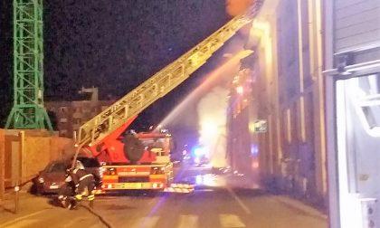 Incendio divampa in un capannone dismesso FOTO
