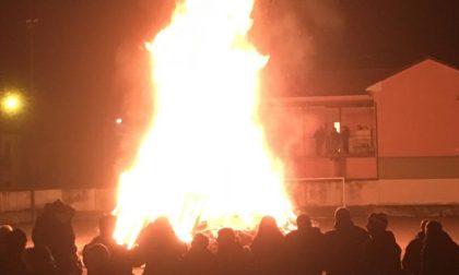 Festa a Tregasio attorno al falò di Sant'Antonio (LE FOTO)