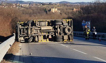 Camion ribaltato sulla Novedratese tra Giussano e Briosco, traffico in tilt FOTO