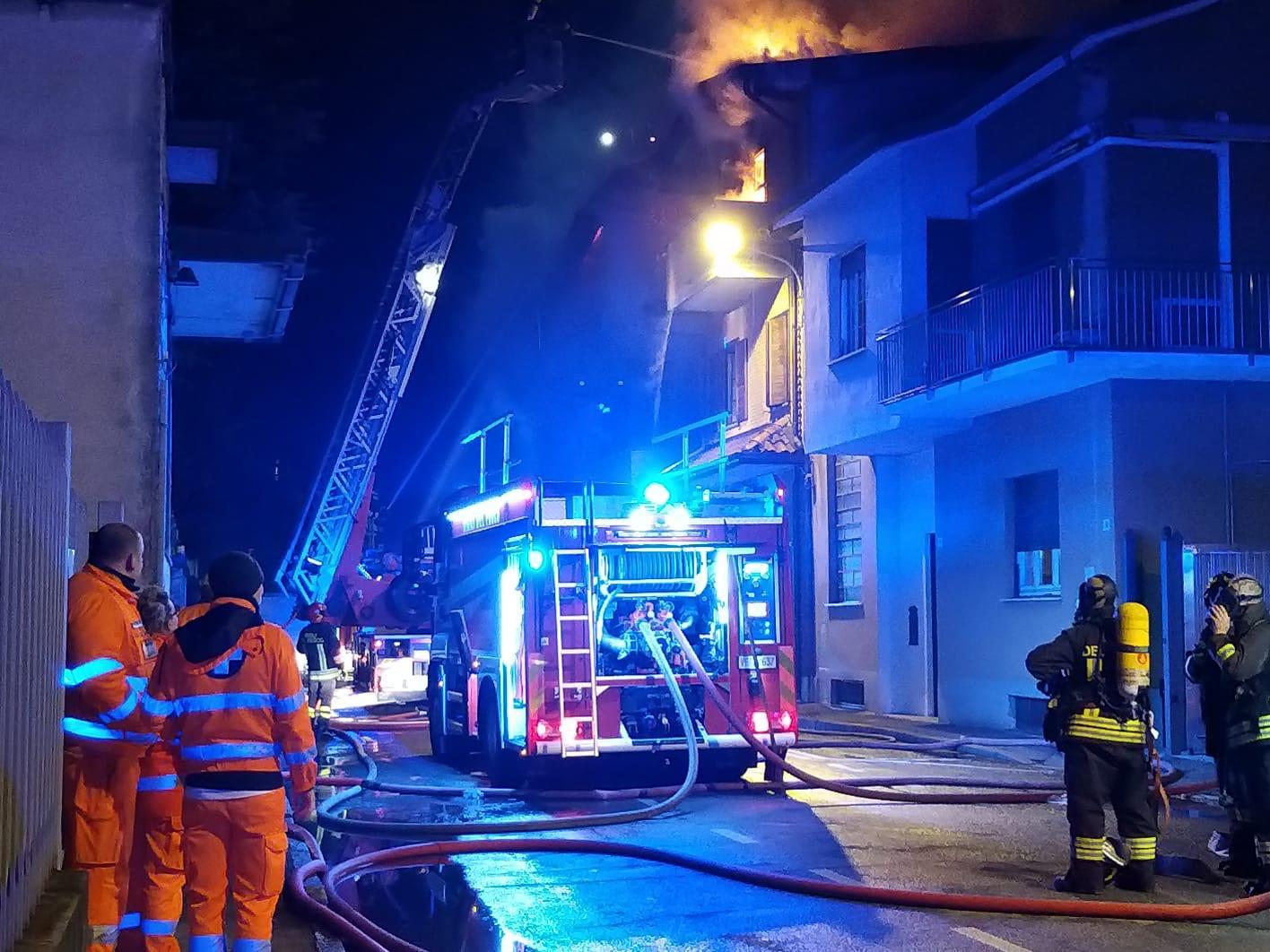 Incendio a Varedo | Fiamme domate e provinciale aperto al traffico