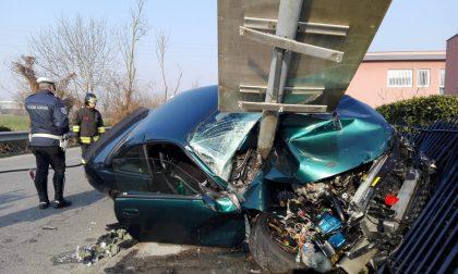 Violentissimo schianto con l'auto AGGIORNAMENTI